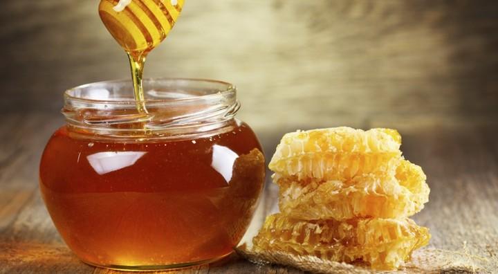 Agricoltura, dimezzata la produzione di miele di acacia in Toscana